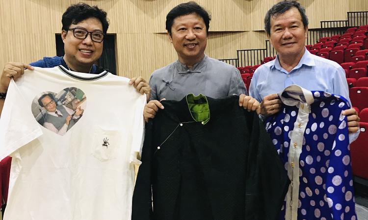 Từ phải qua: NSƯT Huỳnh Khải, nhà thiết kế Sĩ Hoãng, đạo diễn Thanh Hiệp chuẩn bị cho sự kiện 99 năm ngày sinh Trần Văn Khê. Ảnh: Thanh Hiệp.