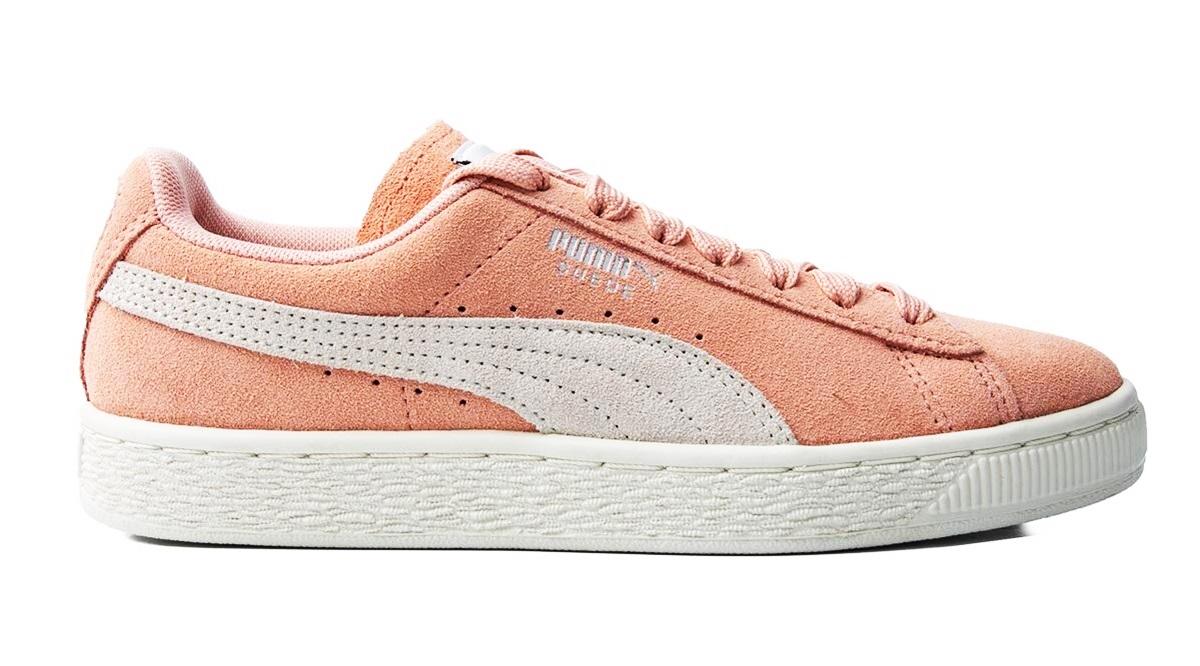 Phái nữ cũng có thể tham khảo dòng Suede Classic - một trong những biểu tượng của giới sneakers - ra đời từ thập niên 1960. Phụ kiện của Puma có gam hồng cam, chế tác từ da lộn, tạo điểm nhấn với dải lượn sóng bên hông. Kiểu dáng đơn giản hợp với hầu hết trang phục thông thường.
