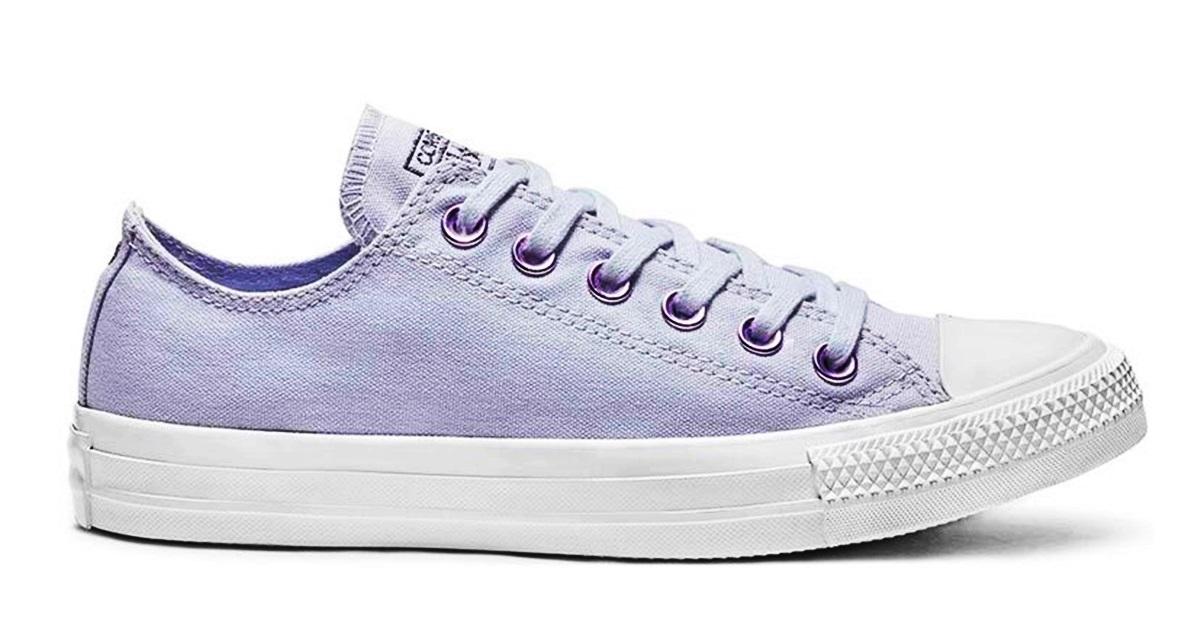 Đôi sneaker Chuck Taylor All Star Hearts của Converse tạo điểm nhấn với  gam tím lilac, phần logo gót giày màu đen tăng tính tương phản, tạo cảm giác thoải mái khi vận động.
