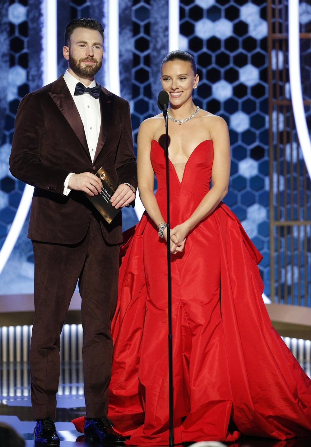 Tại lễ trao giải Quả cầu vàng lần thứ 77 hồi tháng 1, Chris Evans được nhiều đồng nghiệp khen bảnh bao khi diện tuxedo của Isaia, đồng điệu với đầm dạ hội của Scarlett Johansson. Cặp sao được mời trao giải Nam diễn viên xuất sắc.