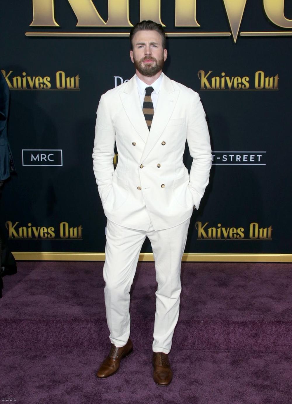 Tháng 11/ 2019, tại ra mắt phim Knives Out, fan nhận xét diễn viên đẹp trai và hấp dẫn khi mặc suits màu trắng sữa của Brunello Cucinelli, tạo điểm nhấn với cà vạt sọc đen, nâu và giày da Christian Louboutin.