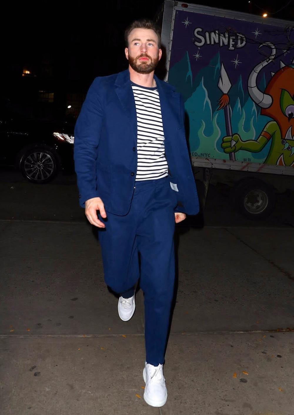 Trong show The Tonight Show Starring Jimmy Fallon cách đó vài ngày, Chris Evans ghi điểm phong cách với âu phục xanh, áo thun sọc, giày thể thao Philippe Model và đồng hồ IWC.