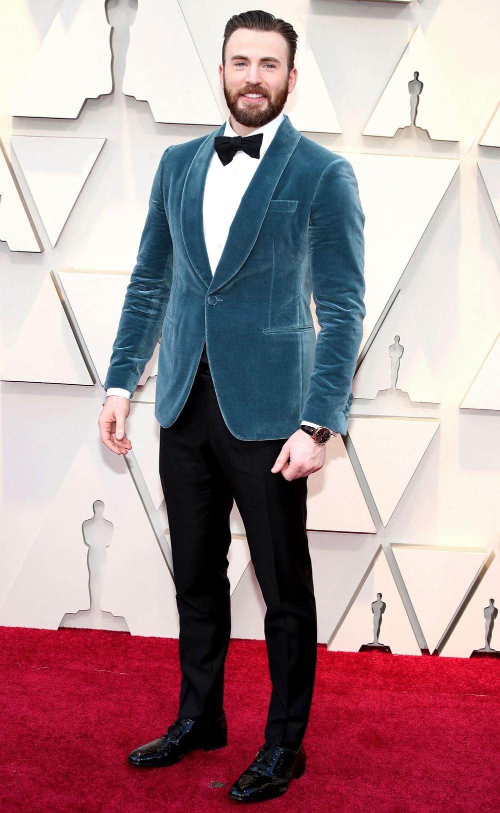 Trong lễ trao giải Oscar 2019, nam diễn viên được khen như chàng hoàng tử điển trai trong bộ tuxedo của Salvatore Ferragamo, mix với đồng hồ IWC Schaffhausen và khuy măng sét Montblanc.