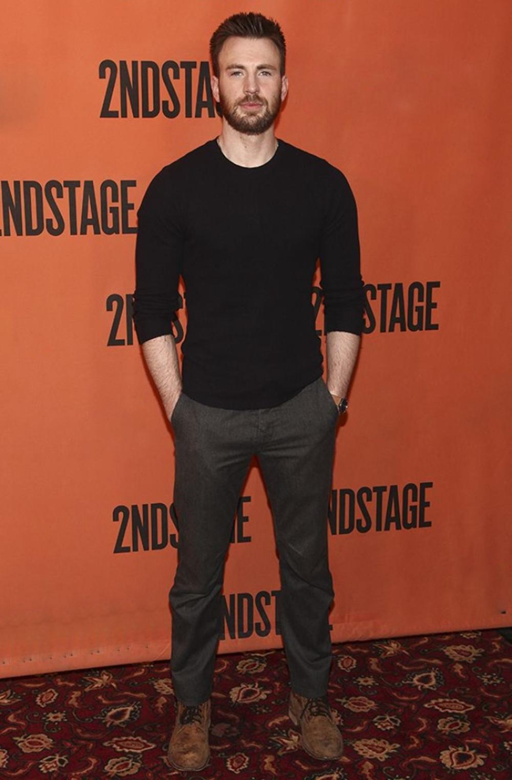 Fan khen Chris Evans đơn giản nhưng nam tính với áo thun, quần tây trước buổi công diễn vở kịch Lobby Hero tại New York (Mỹ) năm 2018.