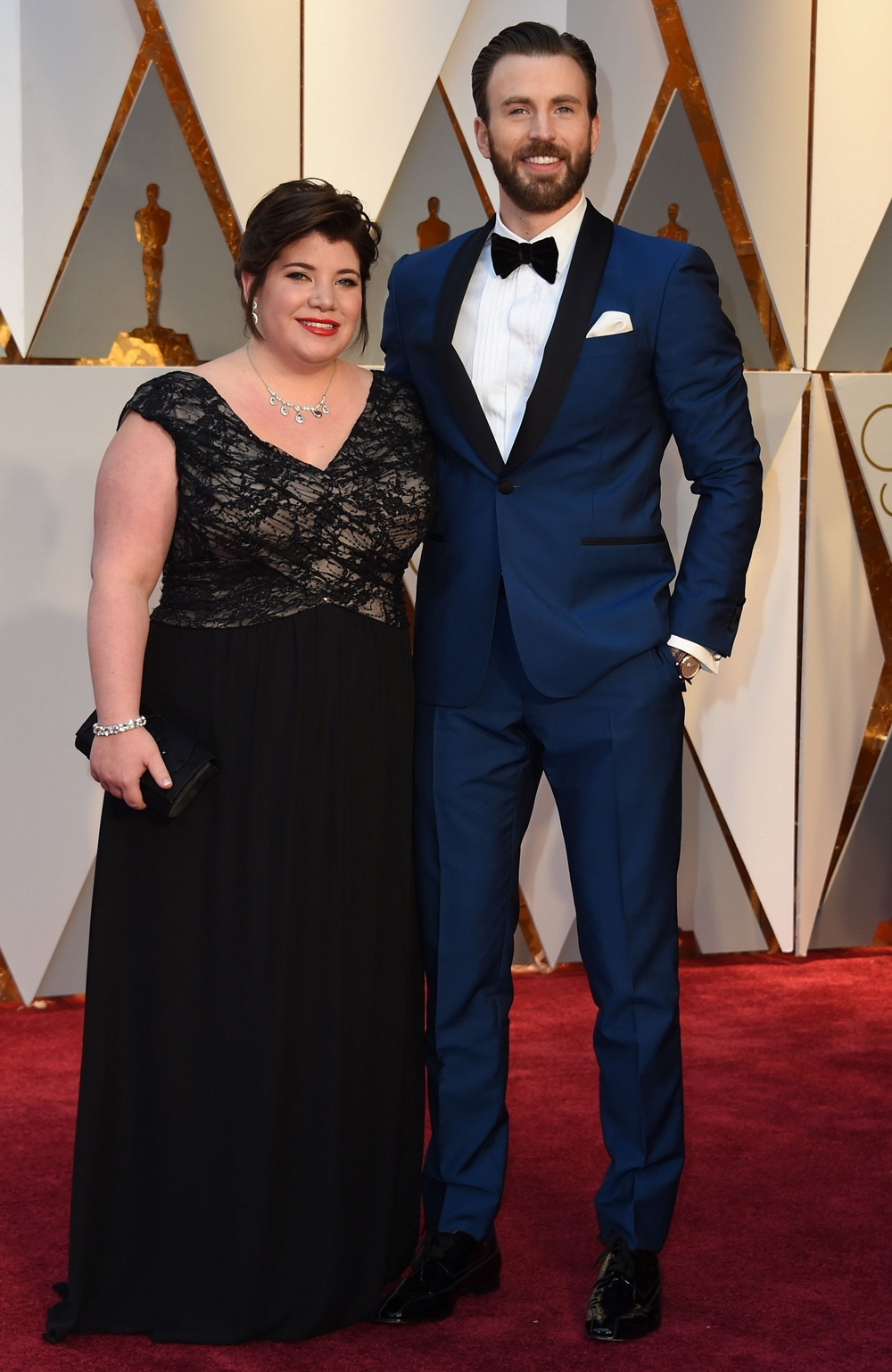 Tài tử trở lại phong cách quen thuộc tại lễ trao giải Oscar 2017 gồm tuxedo xanh, ve áo đen của Salvatore Ferragamo. Anh phối khuy cài, đồng hồ Montblanc và giày Christian Louboutin .