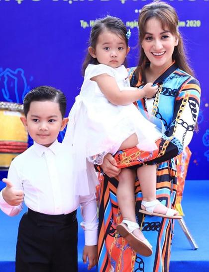 Ba mẹ con Khánh Thi tại sự kiện ở TP HCM, ngày 21/7. Ảnh: