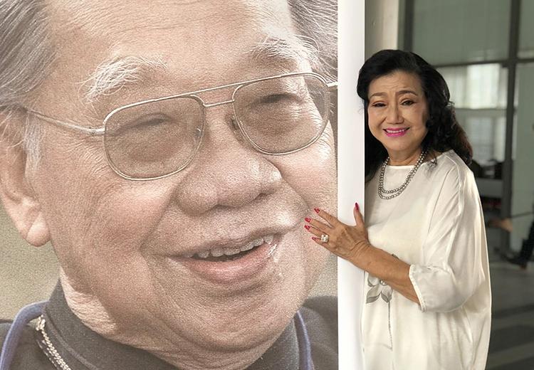 Nghệ sĩ Kim Cương ôm chân dung của thầy - cố giáo sư Trần Văn Khê - tại sự kiện 99 năm ngày sinh của ông ở Đại học Văn Lang, TP HCM.