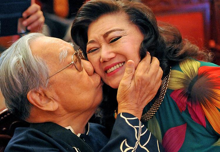 Giáo sư Trần Văn Khê ôm hôn Kim Cương sau vở