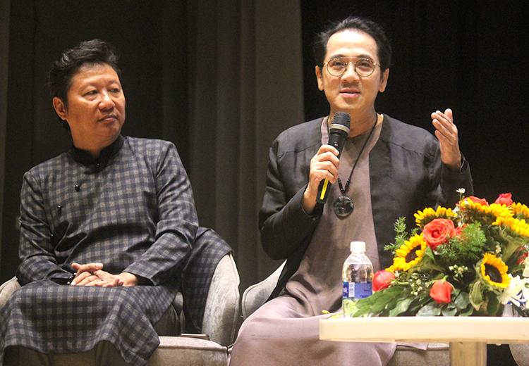 Nghệ sĩ Thành Lộc (phải) và nhà thiết kế Sĩ Hoàng ôn kỷ niệm về giáo sư Trần Văn Khê. Ảnh: Mai Nhật.