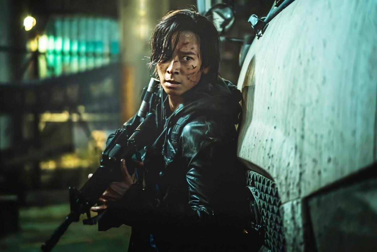 Kang Dong Won đang tạo cơn sốt phòng vé Hàn và nhiều nước châu Á với vai chính trong phim về xác sống - Peninsula. Anh hóa thân cựu quân nhân Jung Seok, dẫn dắt đồng đội chiến đấu với quân đoàn zombie khát máu trên bán đảo hoang tàn. Giới chuyên môn lẫn khán giả khen Kang Dong Won diễn xuất thần. Qua biểu cảm gương mặt và đôi mắt, anh lột tả vẻ thực dụng, lạnh lùng của nhân vật ở nửa đầu phim, nửa sau tác phẩm Jung Seok trở nên ấm áp và trách nhiệm, bất chấp hy sinh tính mạng cứu người. Peninsula đứng đầu bảng xếp hạng những tác phẩm có doanh thu mở màn cao nhất, với hơn 2,43 triệu USD. Trên Pann, nhiều khán giả nói họ đến rạp một phần vì sự góp mặt của Kang Dong Won.