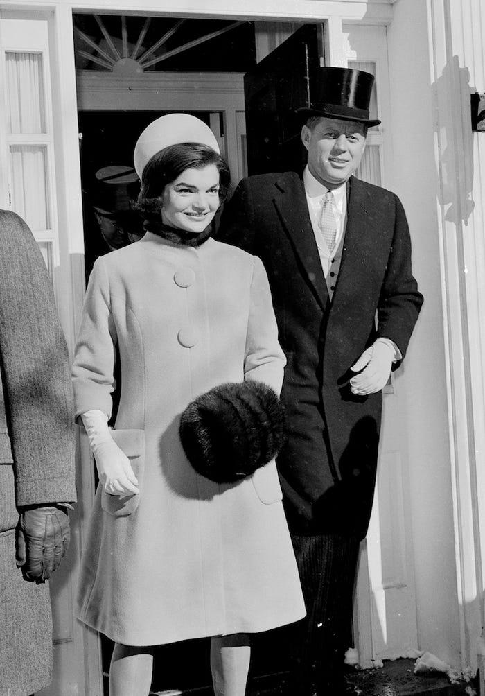 Jackie Kennedy trong lễ nhậm chức của chồng với trang phục thanh lịch, hiện đại. Ảnh: AP.