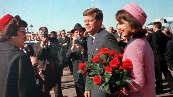 Mũ pillbox hồng mâm xôi kết hợp váy vest đồng màu được phu nhân Jackie Kennedy mặc trong ngày chồng bà bị ám sát. Ảnh: John F.Kennedy Library and Museum.