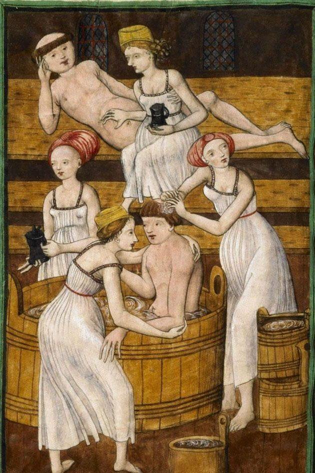 Váy ngủ đầu tiên được cho là xuất hiện từ thời Trung cổ. Khi ấy, phụ nữ mặc váy hai dây trơn với quần lót. Tới thời Phục hưng, trang phục này tiếp tục được mặc để tắm ở nơi công cộng - được mô tả trong bức tranh này vào khoảng năm 1490-1510.