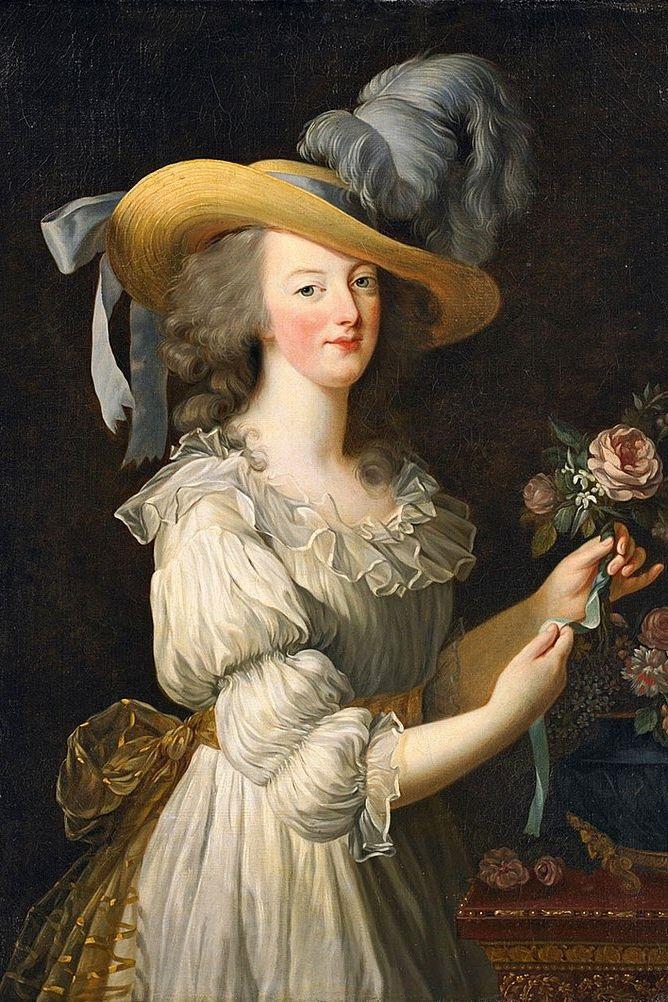 Đến thế kỷ 18, Pháp là một trong những quốc gia đầu tiên cho phép diện váy ngủ như trang phục bình thường. Nữ hoàng Marie Antoinette là người khởi xướng phong cách này. Bức tranh này của Élisabeth Vigée Le Brun đã gây náo động trong triều đình lúc bấy giờ bởi nữ hoàng chỉ mặc váy ngủ mỏng tang với thắt lưng.