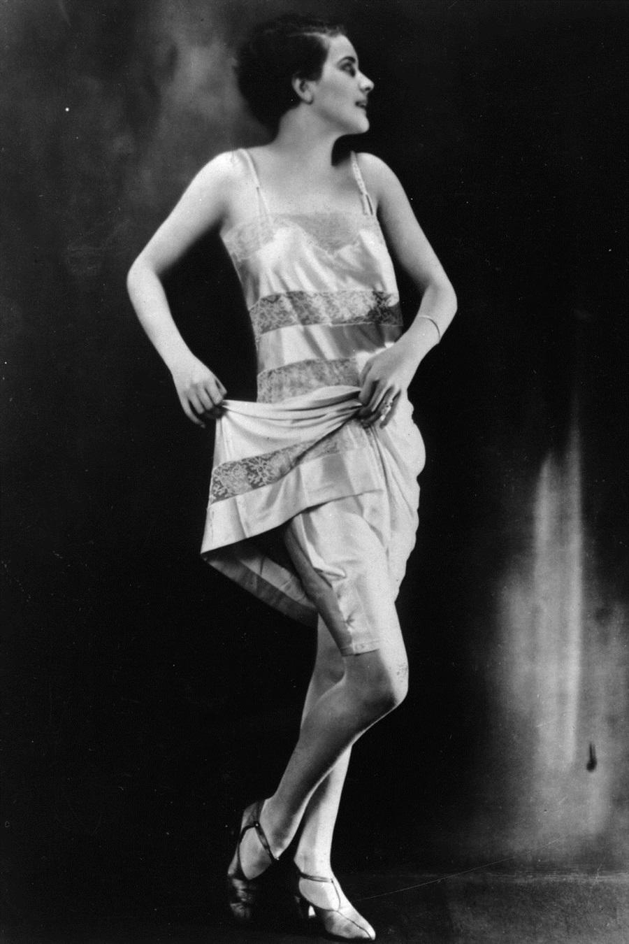 Trong những năm 1920, váy ngủ suông thẳng được đắp thêm ren, mặc kèm quần đùi lụa bên trong.