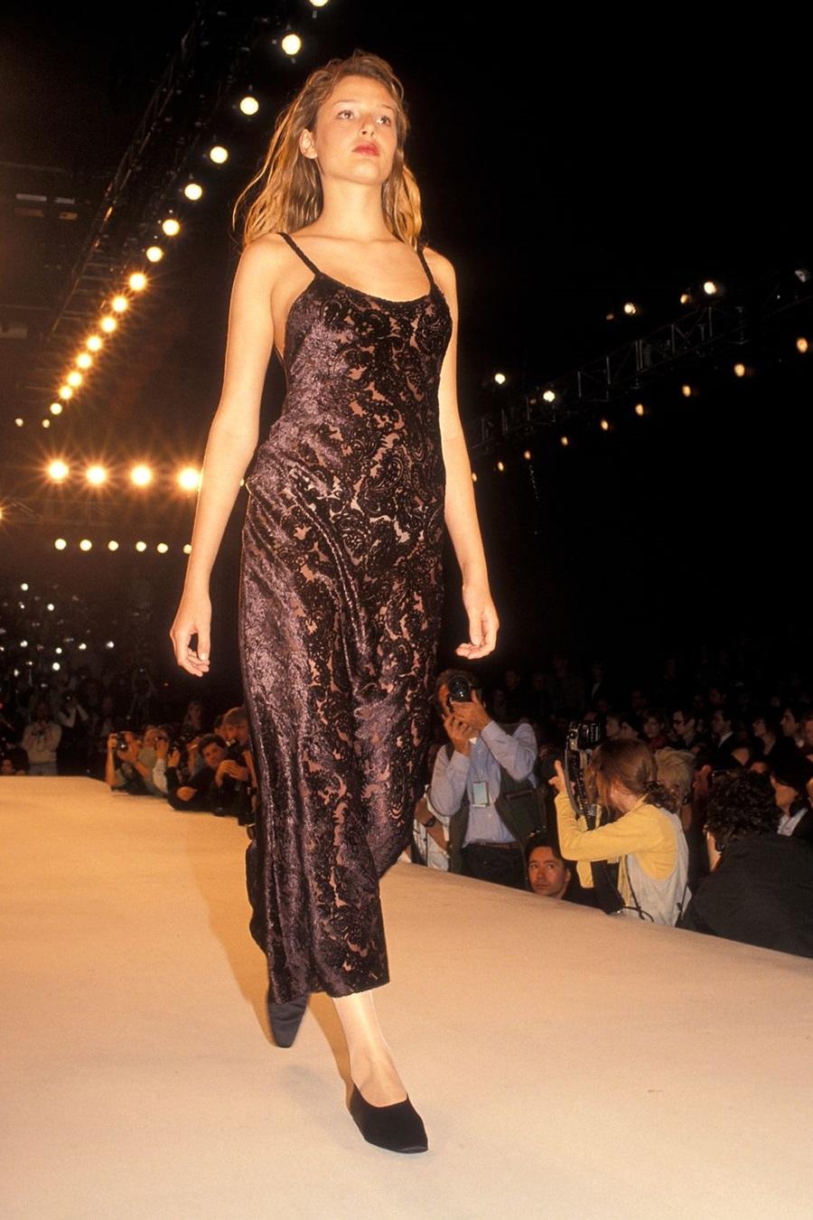 Ở show Thu Đông 1994, Calvin Klein gây ấn tượng khi ra mắt váy ngủ nhung với hoa văn cách điệu.