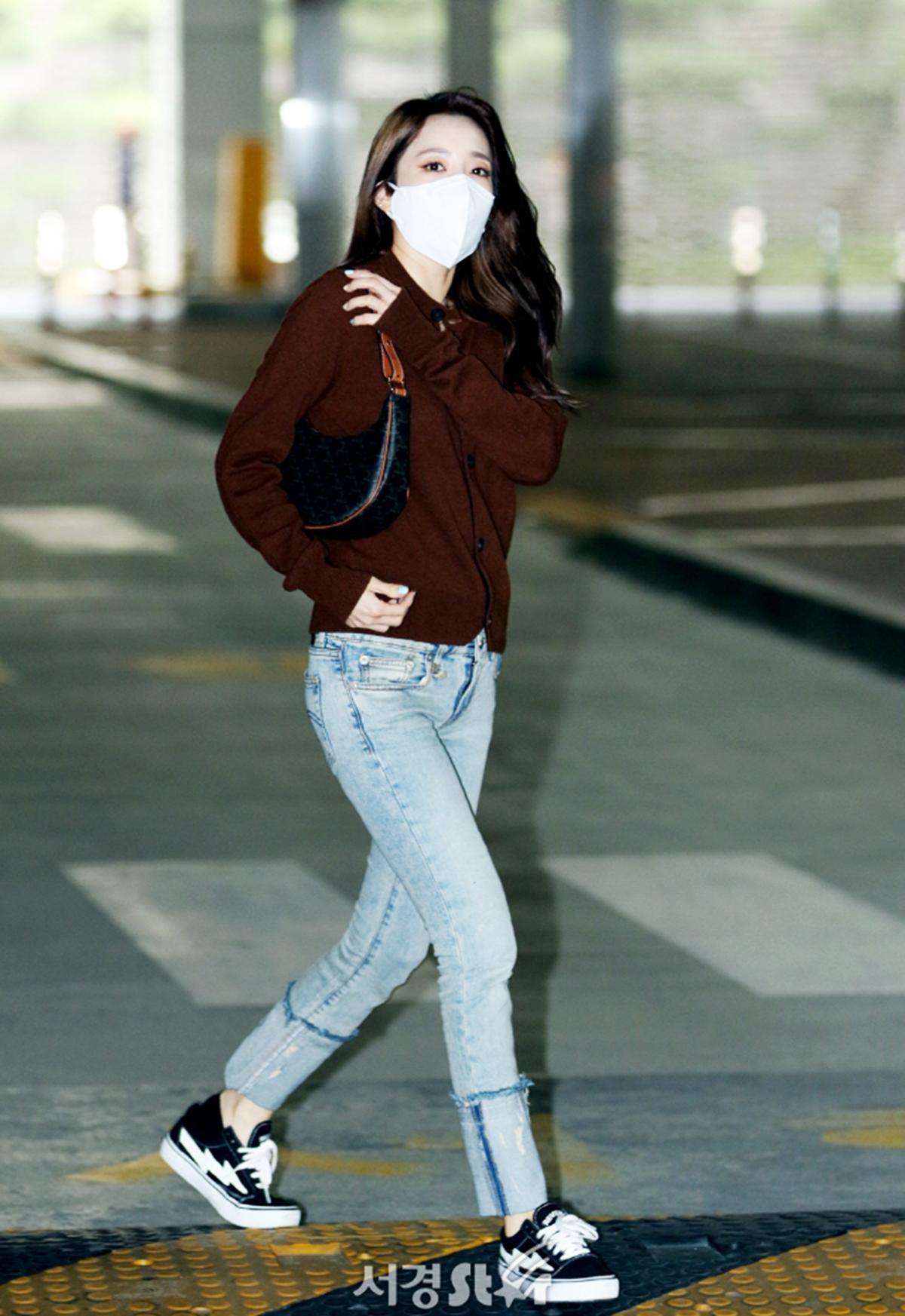 Cuối tháng 5, ca sĩ Sandara Park đi quay show với set đồ cá tính nhưng cổ điển gồm: túi Ava Celine, quần jean xắn gấu, áo cardigan của thương hiệu Acne studios và giày thể thao  Vans Revenge X Storm Old Skoo.