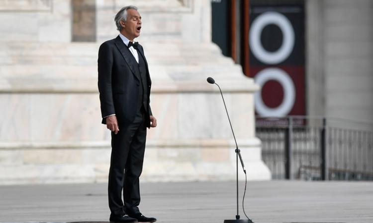 Andrea Bocelli biểu diễn tại nhà thờ Duomo hồi tháng 4, khi đang nhiễm Covid-19. Ảnh: AP.\