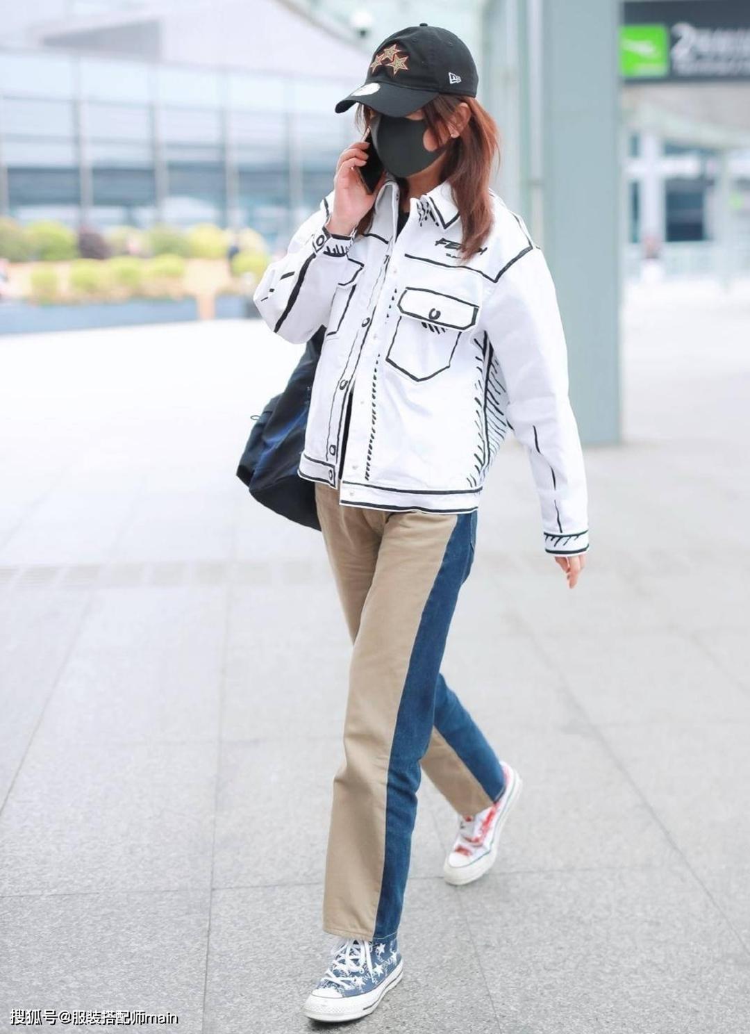 Hôm cuối tháng 5, Triệu Vy ra sân bay với trang phục cá tính gồm quần hai màu, mũ bóng chày, giày cọc cạch và áo khoác đồ họa thuộc bộ sưu tập Pre Fall 2020 mang tên California Sky  của Fendi.