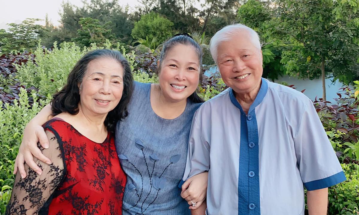 Hồng Vân (giữa) bên bố mẹ. Ảnh: Facebook.