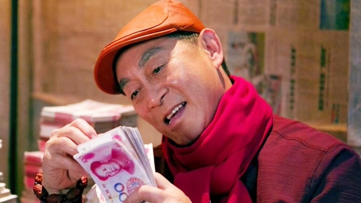 Cảnh ông Hác ngồi đếm tiền trong phòng bí mật. Ảnh: Iqiyi.
