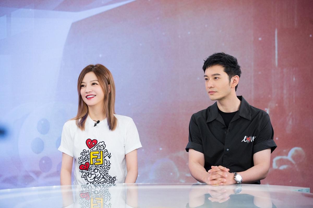 Hôm 20/7, Triệu Vy tham gia chương trình trực Cố lên! Điện ảnh Trung Quốc với mẫu áo thun trắng họa tiết vui nhộn từ nhà mốt Fendi. Fan khan Én nhỏ trẻ trung hơn nhiều so với tuổi 43.