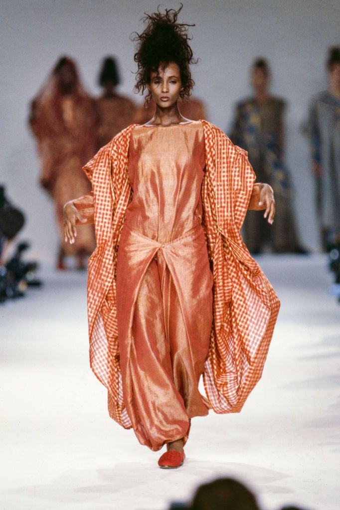 Người đẹp sinh năm 1955 thể hiện jumpsuit và áo khoác vải gingham trong show Xuân Hè 1986 của Karl Lagerfeld.