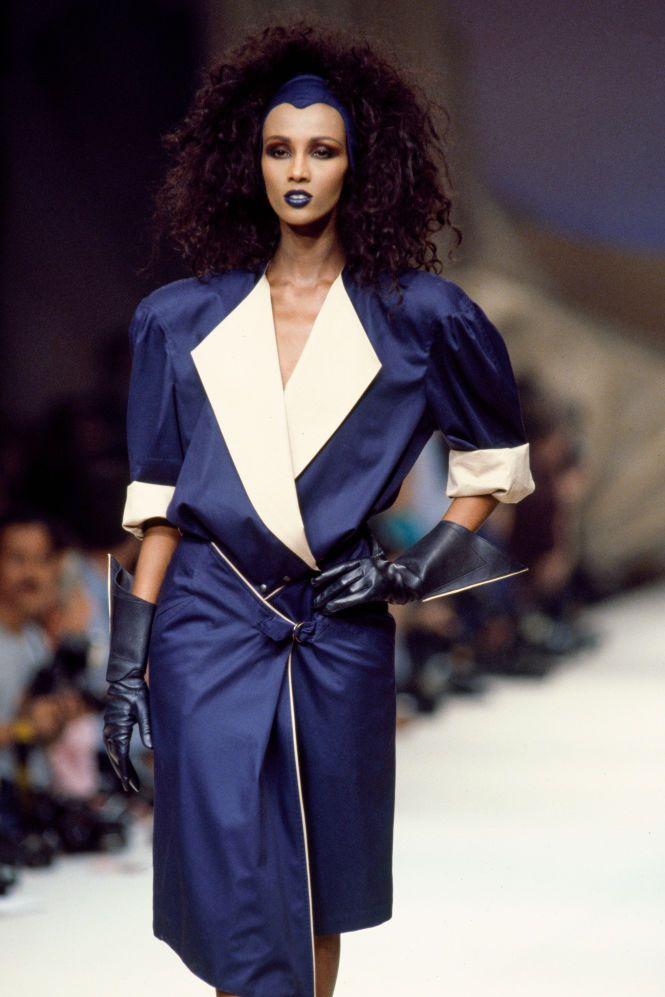 Trong show Xuân Hè 1986 của Thierry Mugler, cô đánh son màu xanh ăn ý váy xanh navy.