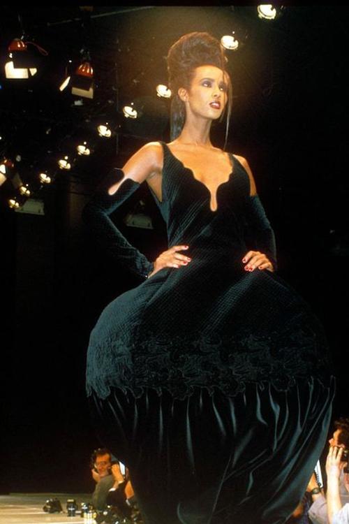 Năm 1988, Iman thể hiện bản lĩnh trên đường băng. Cô sải bước với đầm phồng lớn của Versace.