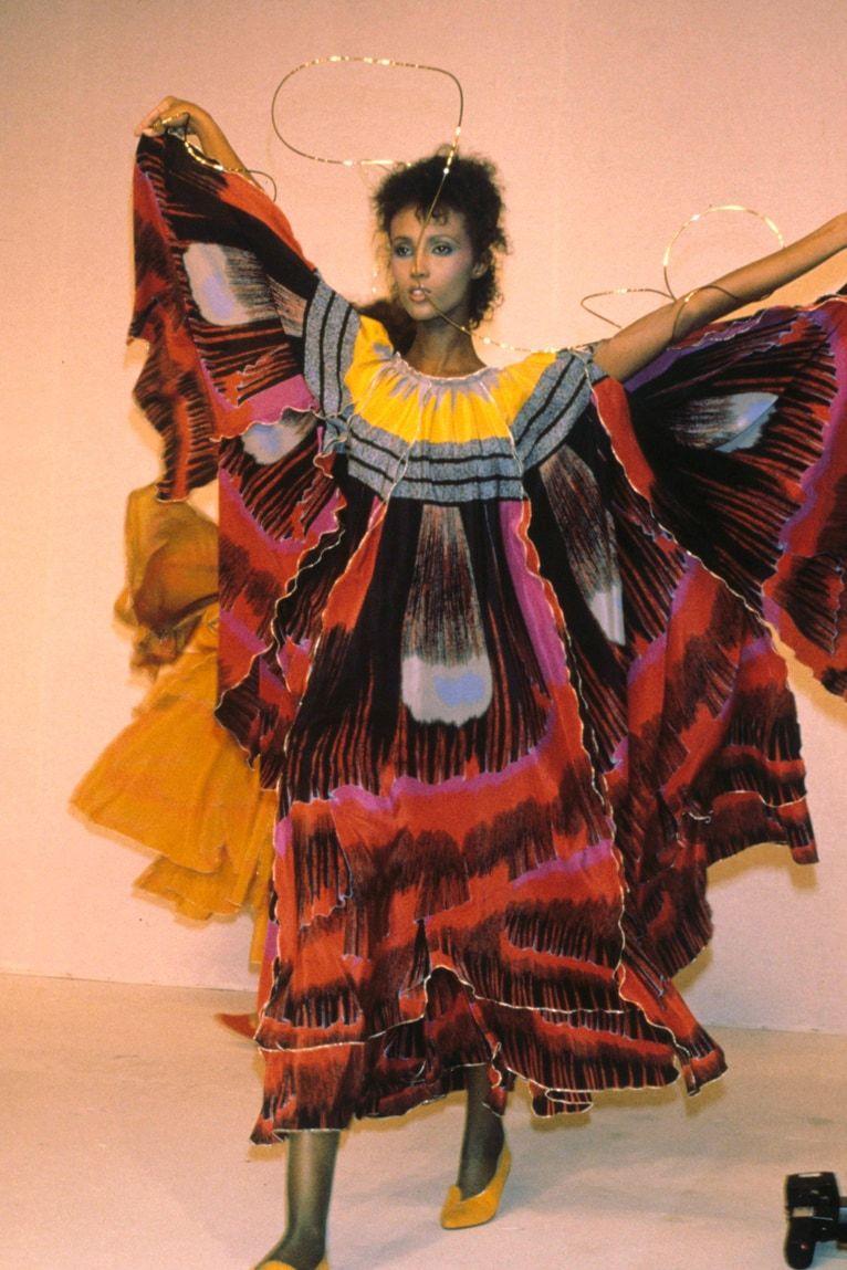 Cùng năm, cô diện váy bươm bướm sải bước trong show Kenzo.