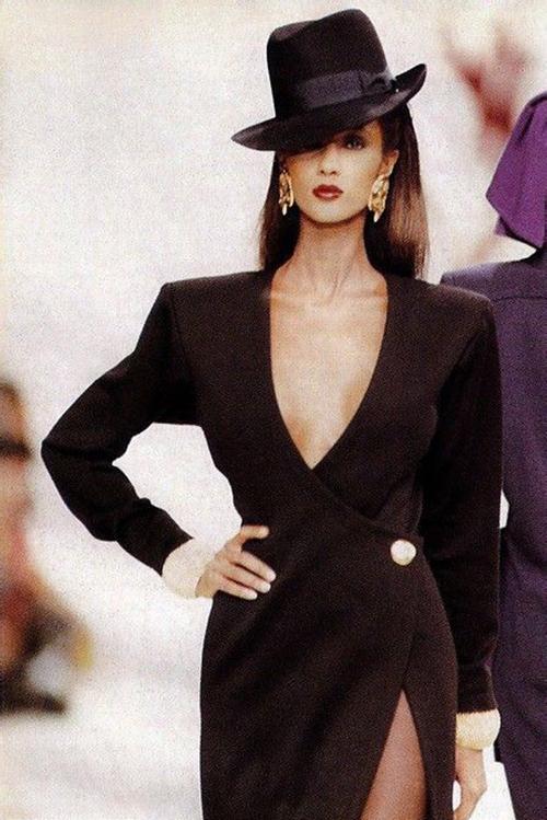 Vẻ đẹp cổ điển toát lên từ thần thái của Iman cùng váy cổ chữ V của Yves Saint Laurent, mũ fedora đội lệch năm 1989. Đây cũng là năm Iman từ giã làm mẫu để tập trung kinh doanh mỹ phẩm.