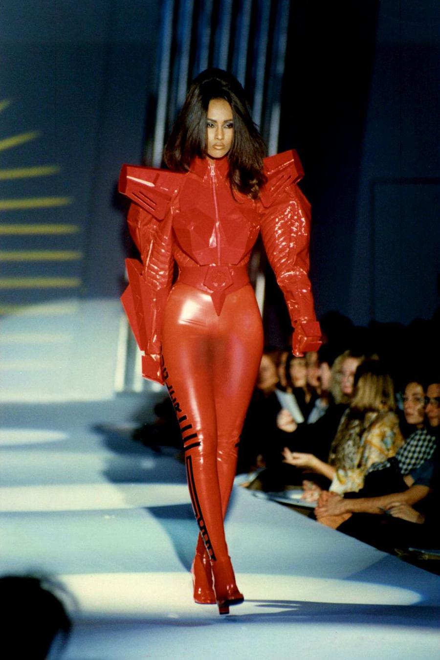 Trong show Xuân Hè 1991 của Thiery Mugler, cô tái xuất sàn diễn với vai trò người mẫu khách mời đặc biệt của nhà thiết kế người Pháp. Người đẹp diện jumpsuit đỏ da bóng với phần trên được thiết kế như người máy.