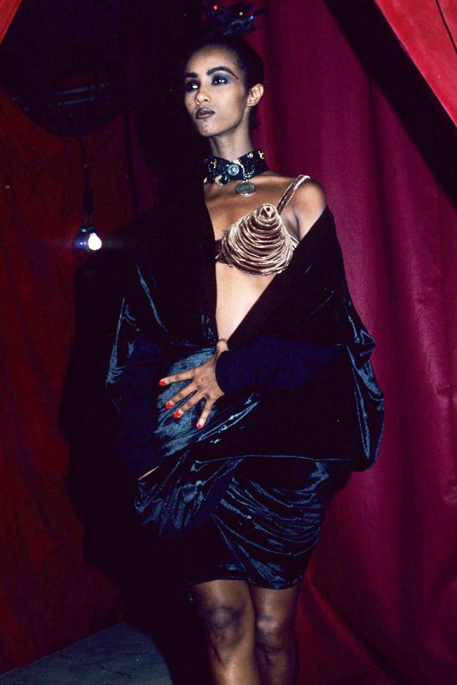 Iman diện chiếc áo ngực nhọn biểu tượng của Jean Paul Gaultier trong show của ông năm 1990.
