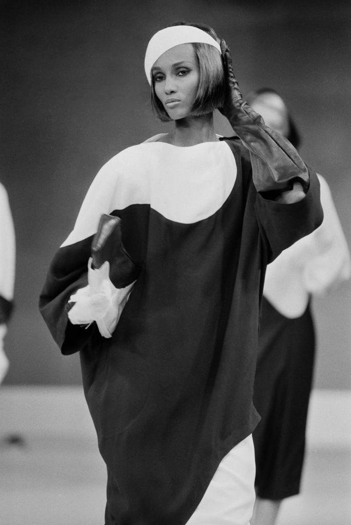 Những khoảnh khắc thời trang được yêu thích nhất của Iman đều xảy ra trên sàn diễn của nhà thiết kế người Pháp Thierry Mugler. Trong show năm 1983, cô trình diễn váy mang đường nét hình học, khoe mái tóc bob bóng mượt.
