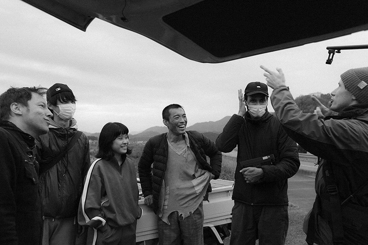 Nữ diễn viên Wan Marui (thứ 3 từ trái qua) - vai Sora. Diễn viên Hidemasa Mase (đứng giữa) - vai người lang thang. Đạo diễn Anshul Chauhan, thứ 2 từ phải sang. Ảnh: Kowatanda Films.