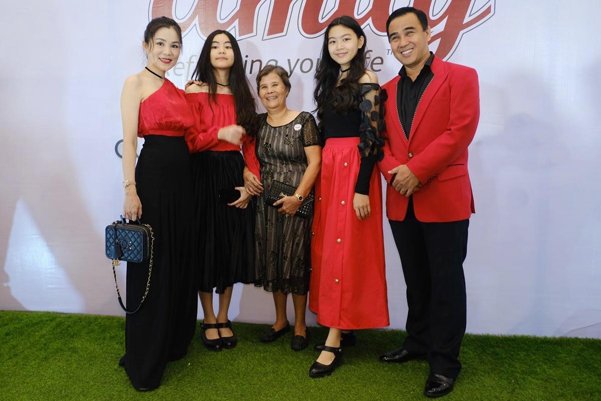 Từ phải sang: Quyền Linh, Lọ Lem, mẹ Quyền Linh, Hạt Dẻ và chị Dạ Thảo - vợ anh đi sự kiện. Ảnh: Bil.