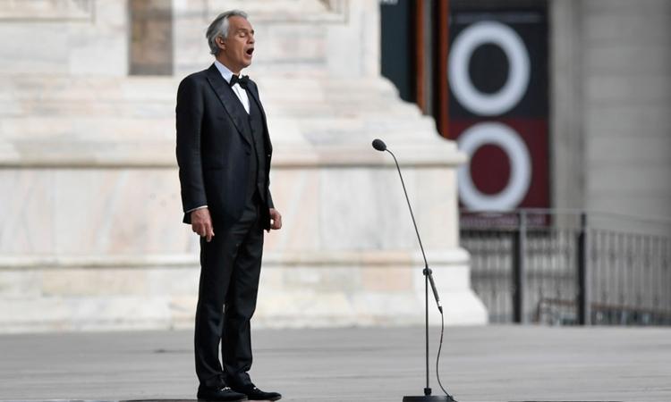 Andrea Bocelli biểu diễn tại nhà thờ Duomo hồi tháng 4, khi đang nhiễm Covid-19. Ảnh: AP.