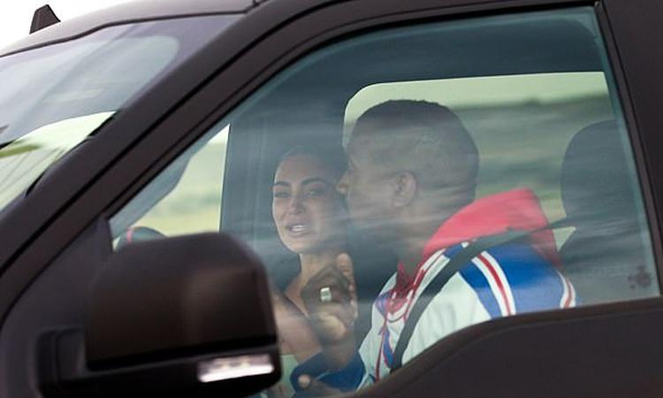 Kim Kardashian khóc khi nói chuyện với Kanye West hôm 24/7. Ảnh: Backgrid.