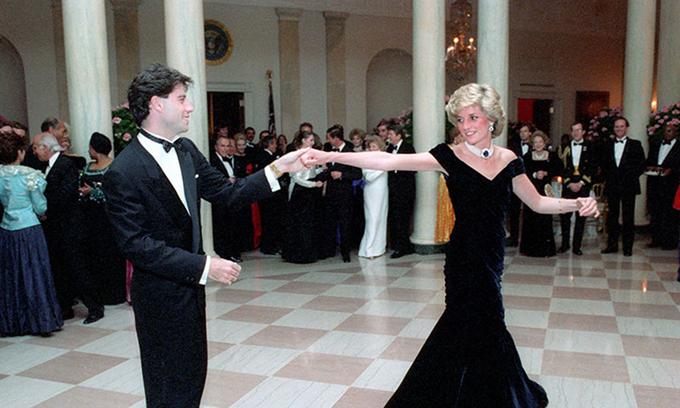 Công nương Diana diện chiếc váy nhung khiêu vũ cùng tài tử Hollywood John Travolta tại sự kiện ở Nhà Trắng tháng 11/1985. Ảnh: Rex Features.