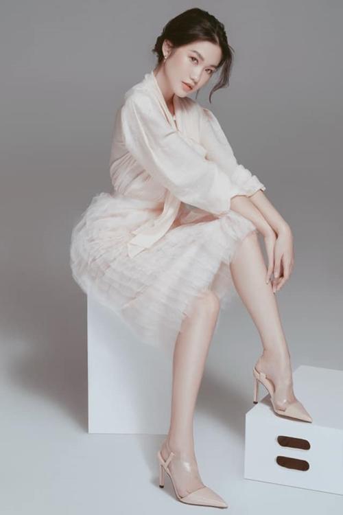 Cô được mời làm người mẫu ảnh cho một số nhà thiết kế.
