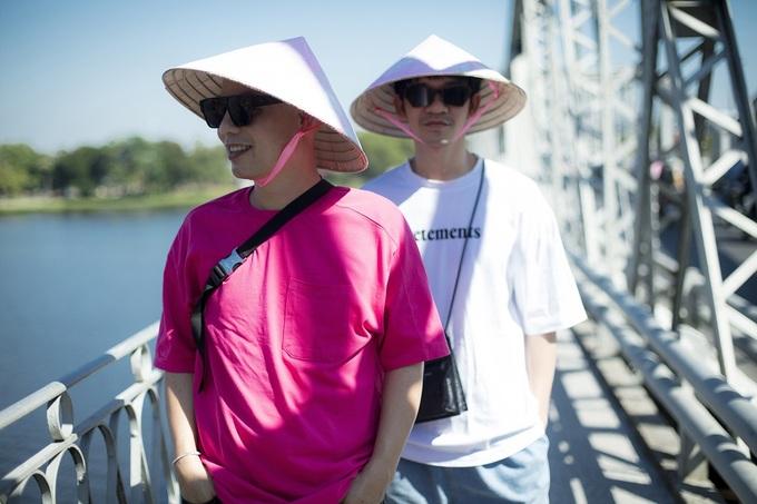 Hai nhà thiết kế chụp ảnh ở cầu Trường Tiền - công trình biểu tượng nối liền bờ Bắc với bờ Nam sông Hương. Ảnh: Tang Tang.