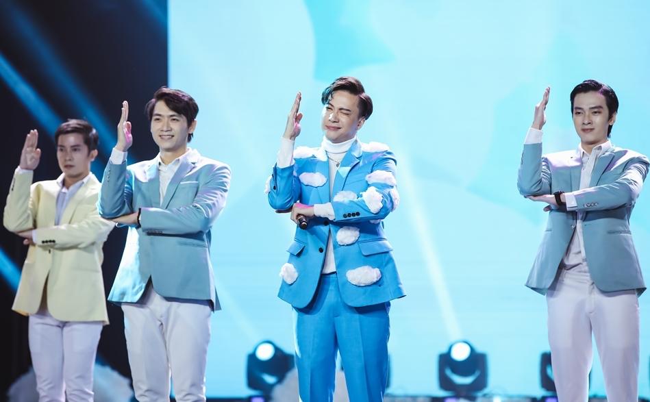 t, dù có phải hoãn phát hành MV Phiếu bé ngoan, nhưng S.T Sơn Thạch vẫn thực hiện lời hứa trình diễn live ca khúc mới trên sân khấu