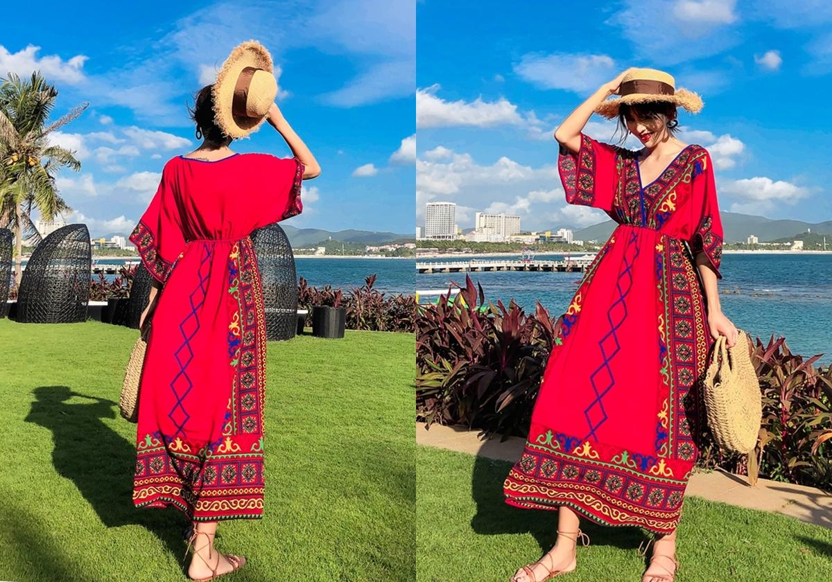 Nếu thích các màu nổi, chị em có thể chọn đầm dáng dài cổ chữ V, phối thêm giỏ cói và mũ mây tre đan.