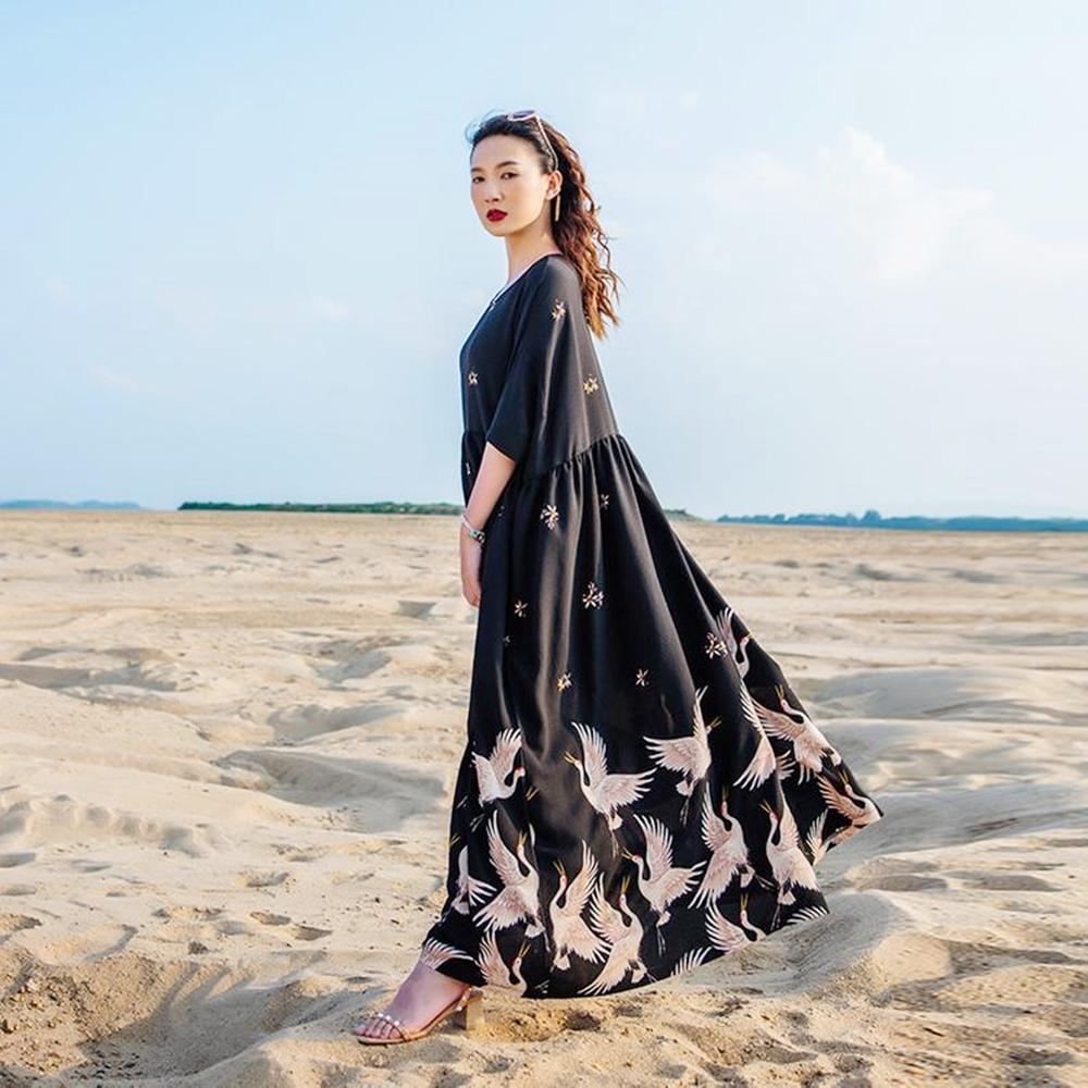 Đầm suông retro họa tiết thiên nga ở tà giúp các nàng nổi bật trên bãi biển mùa hè. Thiết kế thích hợp với người có chiều cao trên 1,62 m.