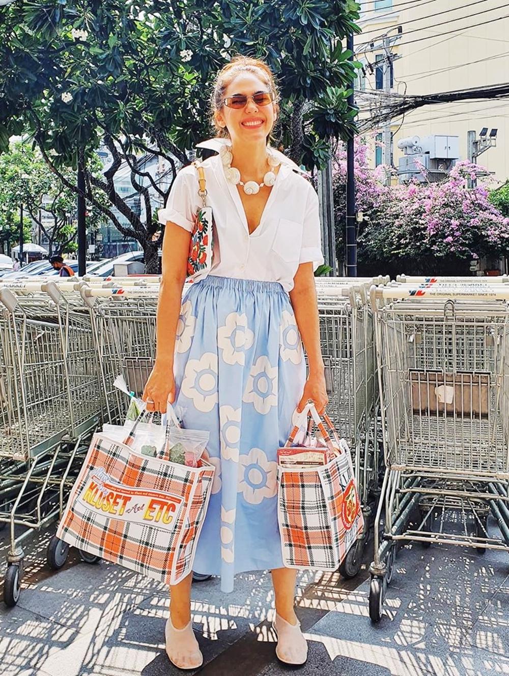 Người đẹp khoe ảnh đi mua thực phẩm với trang phục hàng hiệu gồm:  kính Alexander MCqueen, túi đeo vai Miu Miu và giày trong suốt của The Row.