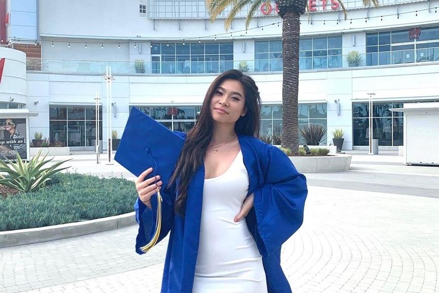Cô tốt nghiệp phổ thông trung học vào giữa tháng 6/2020. Lý Hương cũng sang Mỹ để chúc mừng con.