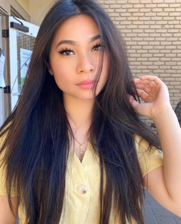 Con gái Lý Hương yêu thích kiểu trang điểm sắc sảo, kẻ mắt đậm.