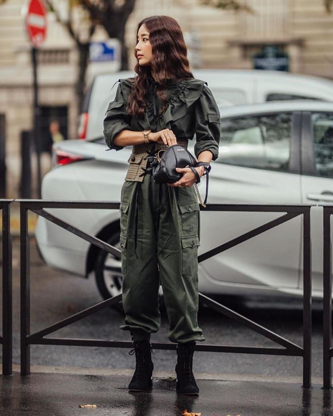 Cô nhận mưa lời khen với phong cách quý cô Pháp tại Paris Fashion Week 2019. Diễn viên Hàn mang túi bán nguyệt của nhà mốt Miu Miu.