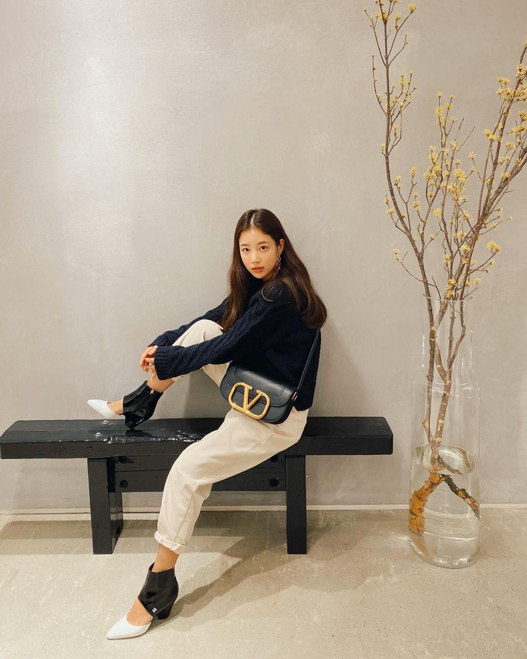 Hồi tháng 2, cô dạo chơi cùng bạn bè với túi đeo chéo Valentino gam đen, nhấn vào logo kim loại cỡ lớn.