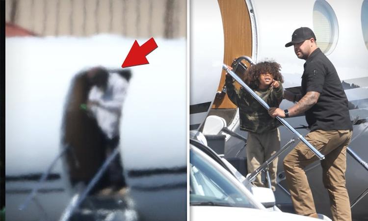 Kanye West (trái) và con trai Saint (bốn tuổi) lên máy bay đi nghỉ dưỡng . Ảnh: Backgrid.